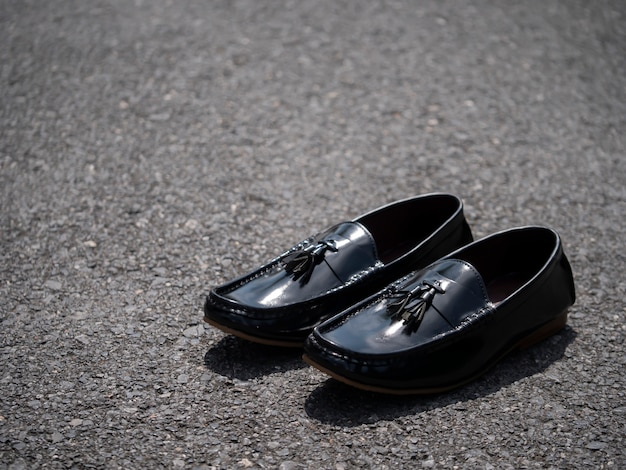 Mannen mode zwarte schoenen op de vloer.