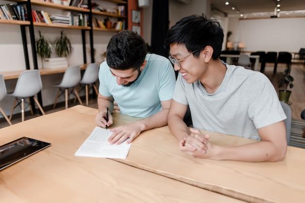 Mannen ondertekenen papierwerk op kantoor