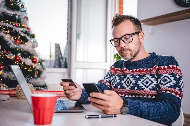 Mannen online winkelen tijdens kerstmis