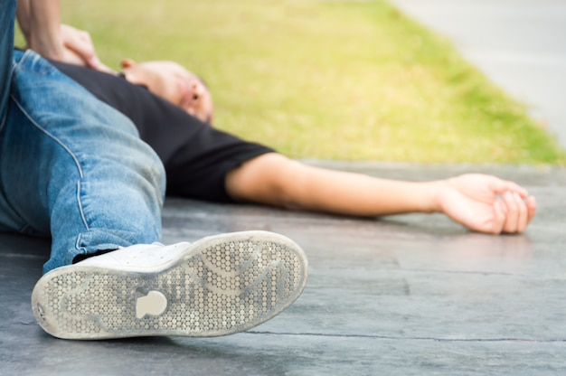 Mannen op de grond met hartstilstand hulp nodig bij reanimatie