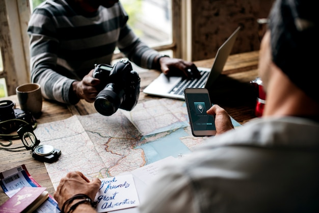 Mannen plannen de reis met kaart en gps