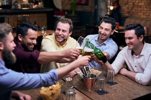 Mannen proosten op een goed weekend
