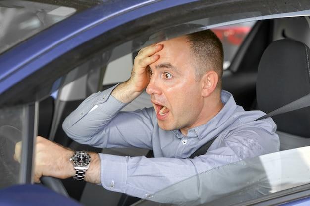 Mannen rijden. emotie. schreeuwend, bang. menselijke emotie gezichtsuitdrukking.