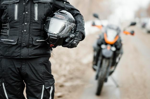 Mannen rijden motorfiets op winterdag