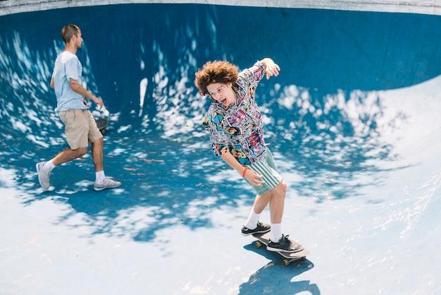 Mannen rijden skateboards op de helling