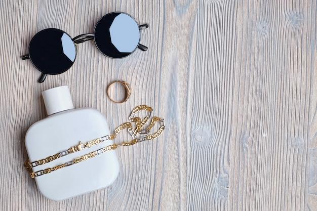 Mannen set sieraden parfum, bril op een houten achtergrond.