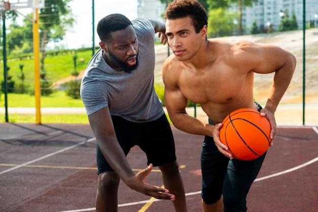 Mannen spelen basketbal afstandsschot
