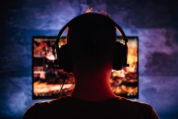 Mannen spelen videogame