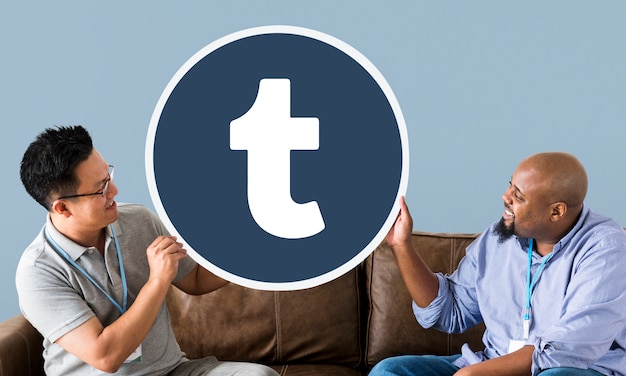 Mannen tonen een tumblr-pictogram
