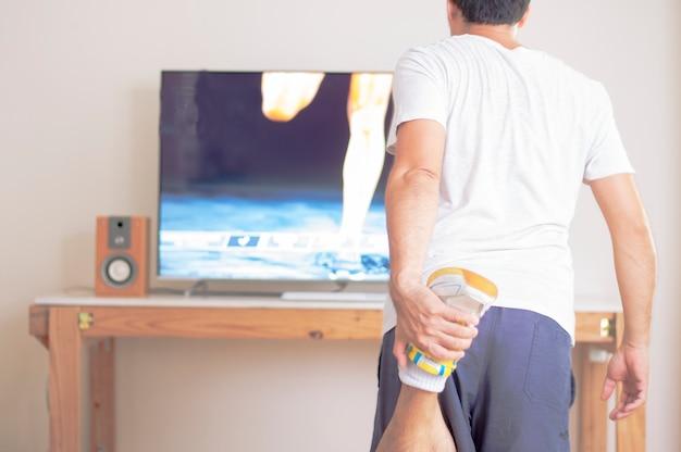 Mannen trainen thuis voor nieuw normaal.