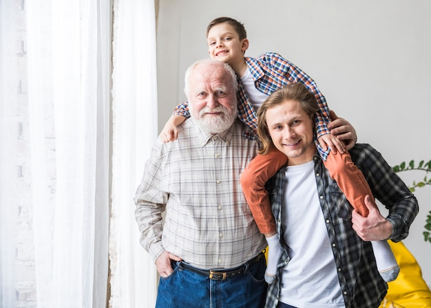 Mannen van verschillende generaties staan en omhelzen