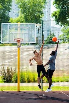 Mannen vechten om het basketbalspel te winnen
