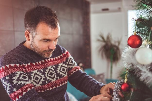 Mannen versieren kerstboom