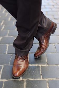 Mannen voeten in schoenen op de stoep