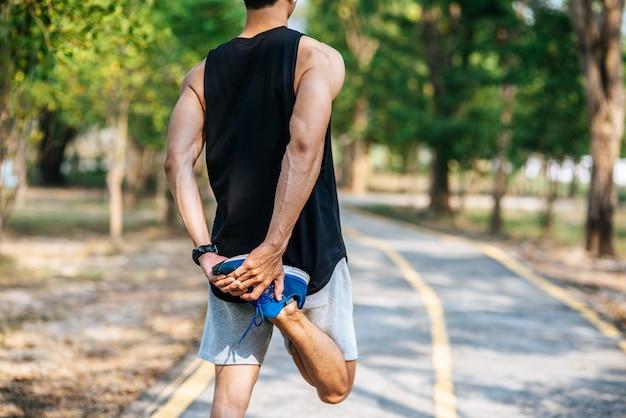 Mannen warmen op voor en na het sporten