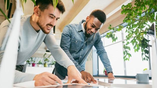 Mannen werken samen als team