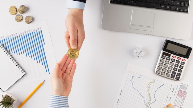 Mannen wisselen een bitcoin uit met kopie ruimte