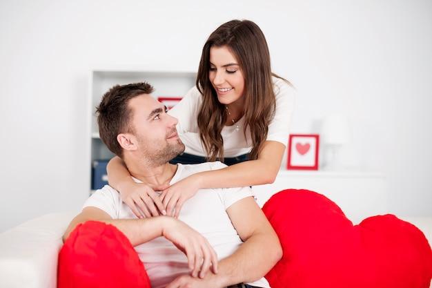 Mannen worden omhelsd door zijn vriendin