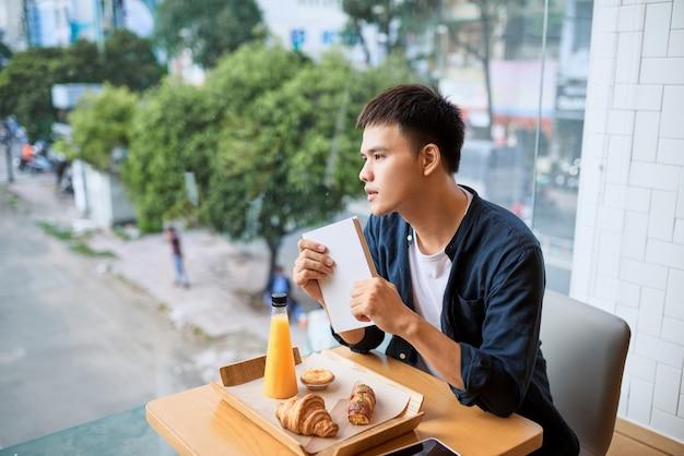Mannen zitten in de coffeeshop na te denken. bakkerij en theetijd