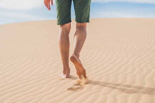 Mannenbenen gaan in de woestijn vietnam, mui ne