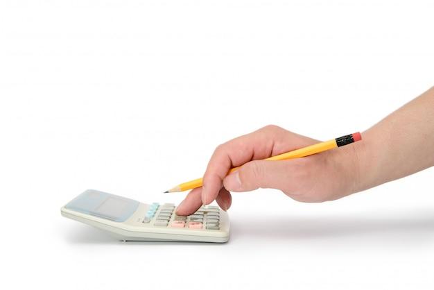 Mannenhand die een calculator manipuleert.