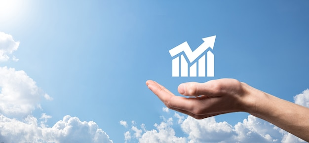 Mannenhand die slimme mobiele telefoon met grafiekpictogram houdt. controle analyseren van verkoopgegevens groeigrafiek en aandelenmarkt op wereldwijde netwerken. bedrijfsstrategie, planning en digitale marketing.