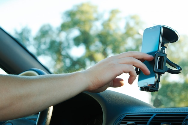 Mannenhand en smartphone