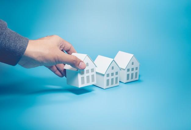 Mannenhand en wit modelhuis