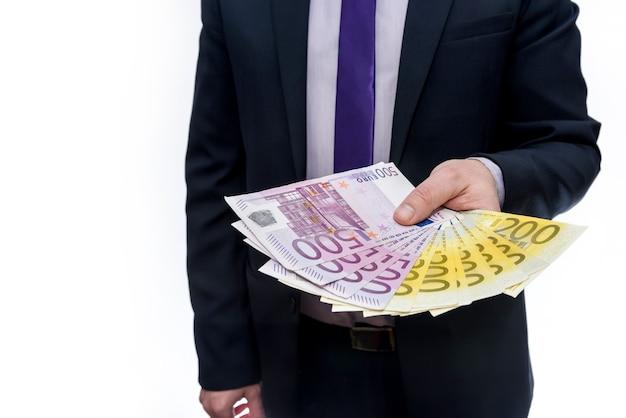 Mannenhand geven eurobankbiljetten geïsoleerd