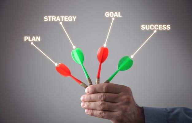 Mannenhand met darten. plan, strategie, doel, succes