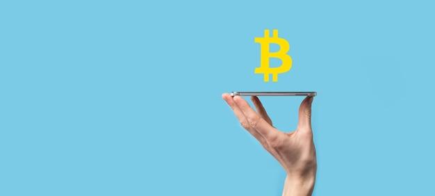 Mannenhand met een bitcoin-pictogram op blauwe achtergrond. bitcoin cryptocurrency digital bit coin btc valuta technologie business internet concept.