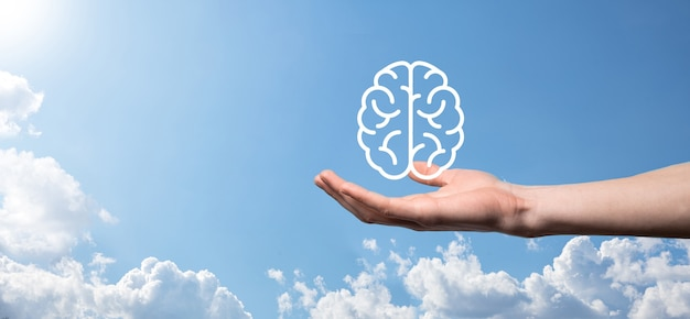 Mannenhand met hersenen pictogram op blauwe achtergrond. kunstmatige intelligentie machine learning business internet technology concept.banner met kopie ruimte.
