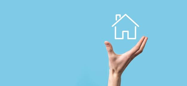 Mannenhand met huis pictogram veiligheidsconcept