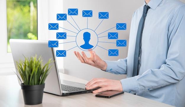 Mannenhand met letterpictogram, e-mailpictogrammen. neem contact met ons op via nieuwsbrief-e-mail en bescherm uw persoonlijke gegevens tegen spammail. klantenservice callcenter neem contact met ons op.e-mailmarketing en nieuwsbrief
