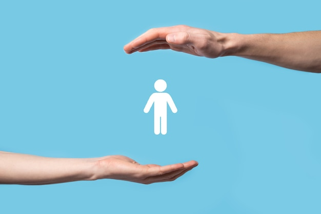 Mannenhand met menselijke pictogram op blauwe achtergrond. human resources hr-management werving werkgelegenheid headhunting concept. selecteer teamleider concept. mannenhand klik op het pictogram van de man. banner, kopie spase.