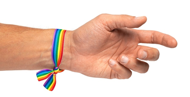Mannenhand met regenboog lgbt-armband