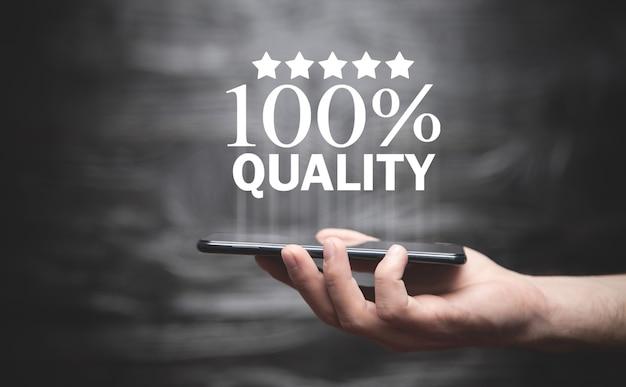Mannenhand met smartphone met een 100% kwaliteit.