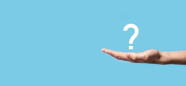 Mannenhand met vraagtekenpictogram op blauwe achtergrond