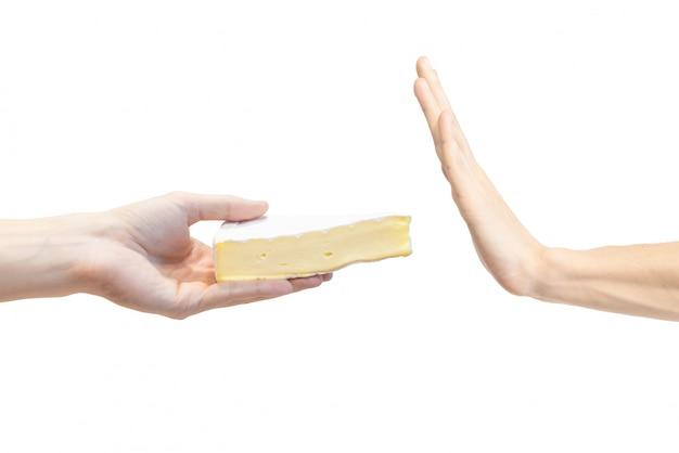 Mannenhand neemt geen zachte kaas met schimmel