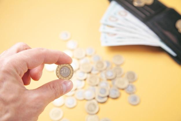 Mannenhand weergegeven: munt. bedrijf. financiën