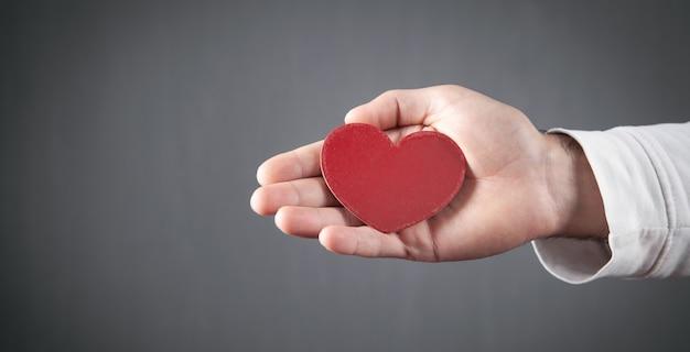 Mannenhand weergegeven: rood hart.