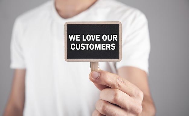 Mannenhand weergegeven: we houden van onze klanten tekst.