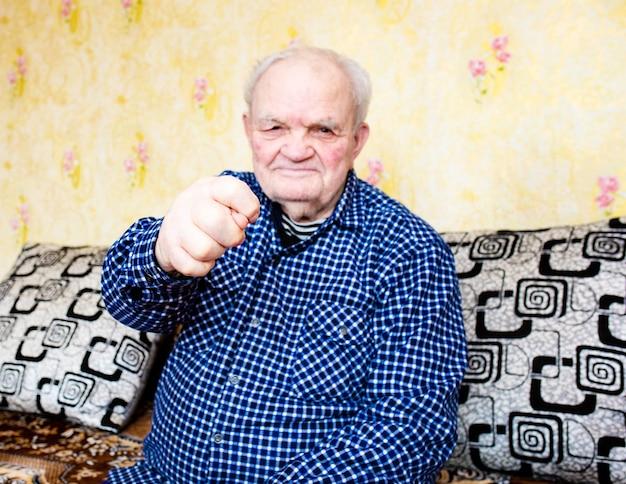Mannenhanden tonen een gulzig gebaar van vijgen. ik geef je niets. stop het coronavirus.