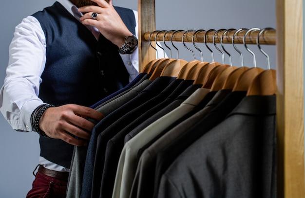 Mannenkostuum, kleermaker in zijn atelier. mode man in klassiek kostuum pak.