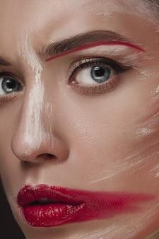 Mannequin girl met gekleurd geschilderd gezicht.