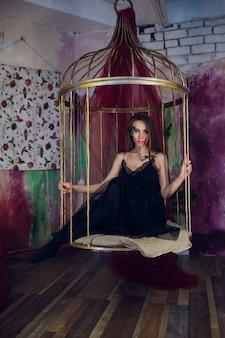 Mannequin in fantasie jurk poseren stalen kooi