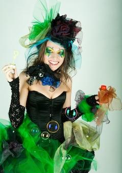 Mannequin met creatieve make-up zeepbellen blazen. pop-stijl.