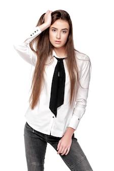 Mannequin met lang haar in wit overhemd en stropdas geïsoleerd op witte achtergrond