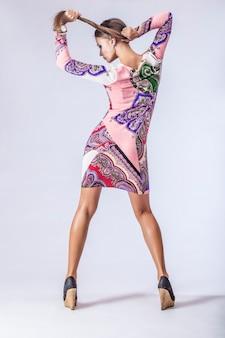 Mannequin mooie vrouw studiofotografie. mode, schoonheid, sexy, make-up, kleding, lachen.