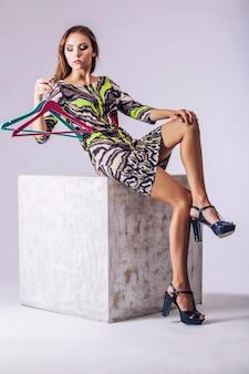 Mannequin mooie vrouw studiofotografie. mode, schoonheid, sexy, make-up, kleding